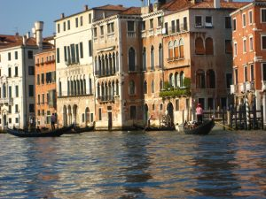 gondolas-traffic-in-venice-italy