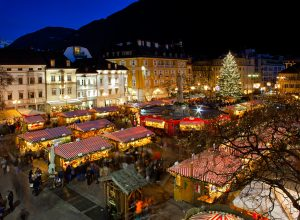 christmas-market-in-bolzano-with-lights-and-decorations-italy